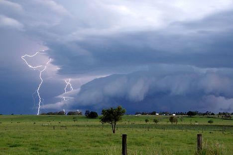 ...a viharokkal úgy vagyok,mint anno a Gallok...D 23