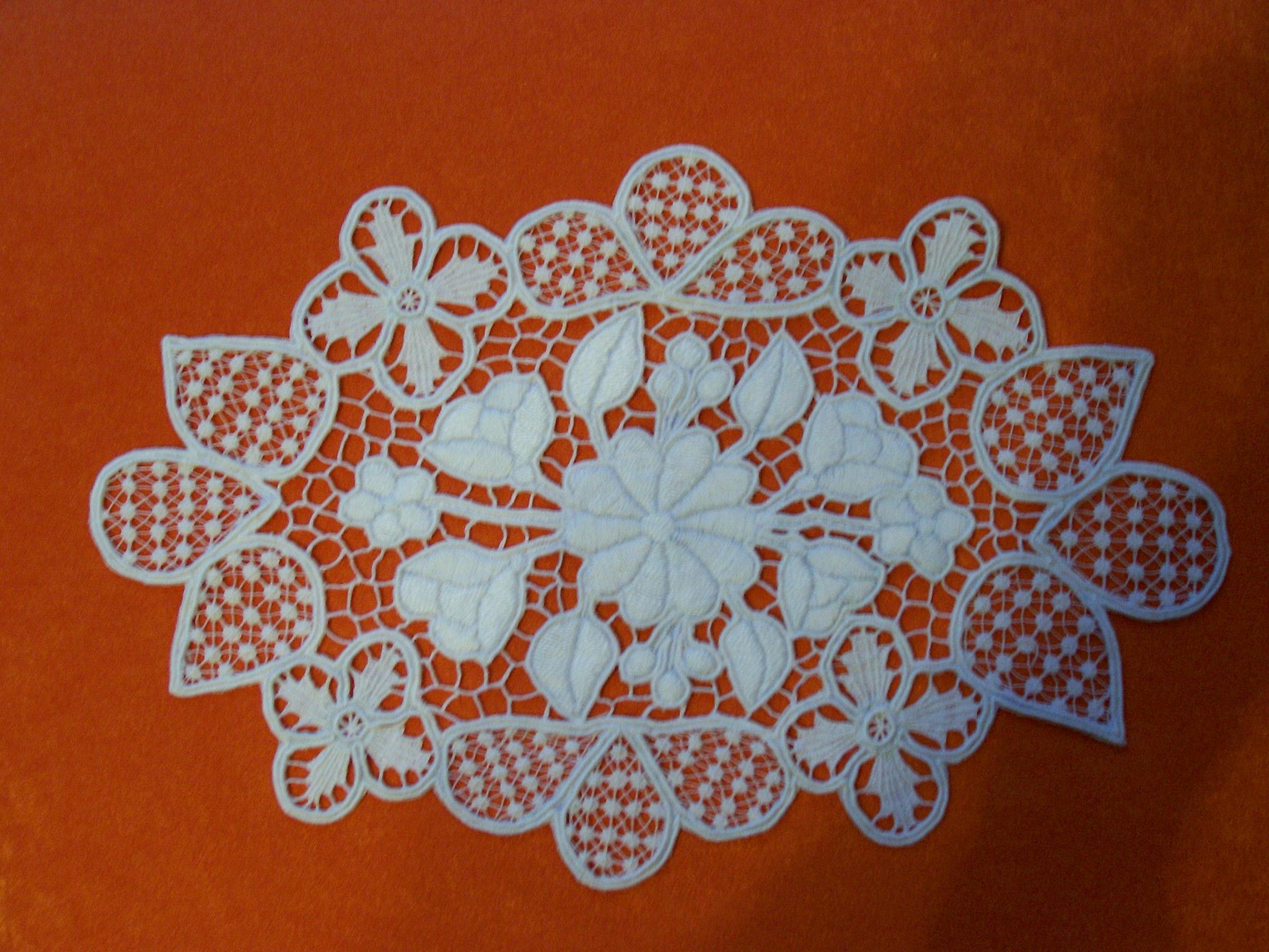 b1e83e5673 Hímző: fehér ovál kis riseliős (kép)