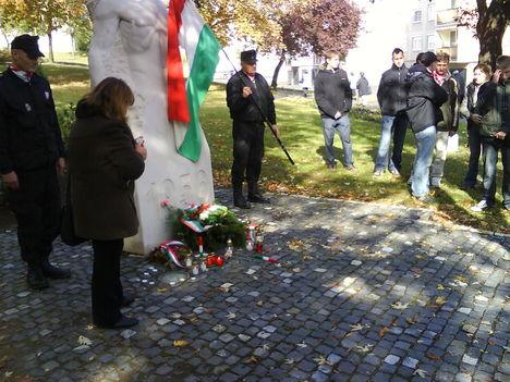 2009.október 23. Ajka-a koszorúzás és gyertygyújtás után  elénekeltük a Székely Himnuszt