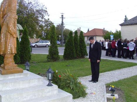 Gyopáros Alpár, Csorna város alpolgármestere  a Pesti srác szobra előtt