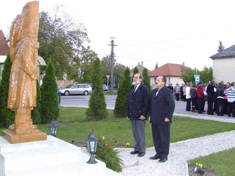 Kovács Gábor, Lébény polgármestere és Bujtás László önkormányzati képviselő koszorúz
