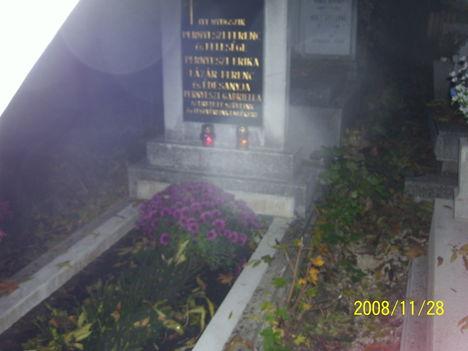 Temetőben halottak napján  a sírnál