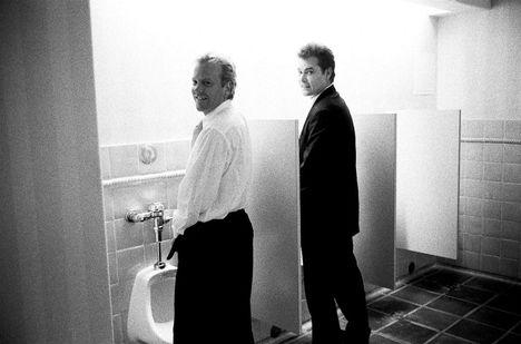 Kiefer Sutherland és Ray Liotta a mosdóban