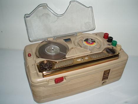 Egy  igazi  ritkaság  a  szalagosmagnók  közül a 60as  évek  elejéből !!  Kis mérete  miatt  sokan  szerették !