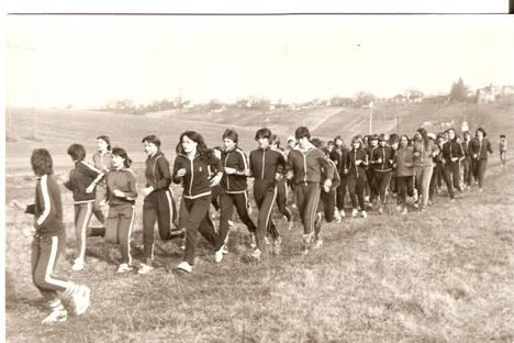 Futnak a mányoki lányok, úgy 1978-1980 körül /Fotó: Kelemen Antalné Elli néni/