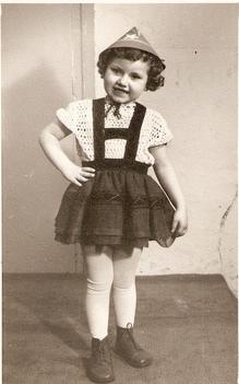 Itt a farsang, áll a bál! Tiroli kislány voltam. Nem értettem miért, királylány szerettem volna lenni. Állítólag még lehetek, bár sok pszichiátriát bezártak az utóbbi időben. /Fotó: G. Bea/