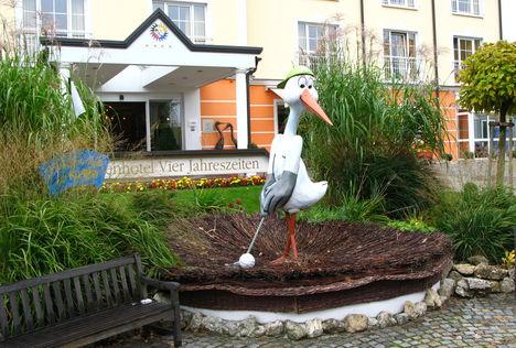 Lutzmannsburgi szálloda előtti részlet