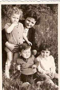 Már akkor sem szerettem fényképeszkedni, azért vágok durci képet a legtöbb képen. Se szeretett öcsém, se anyu és Éva sem tud felvidítani. /Fotó: G. Bea/