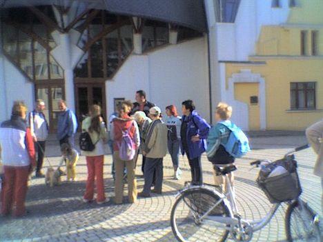 SINOSZ Makó 2009.  A Hagymaház előtt Gyalogtúrára készülődve