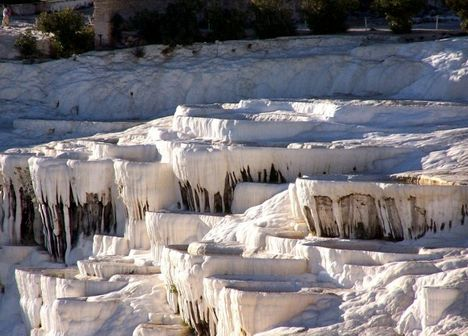 A törökországi Pamukkale teraszos mészkői