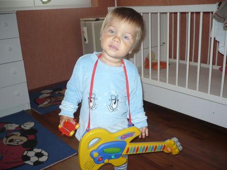 Bendegúz gitározik