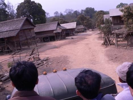 ZIL-lel egy faluban a dzsungel mélyén