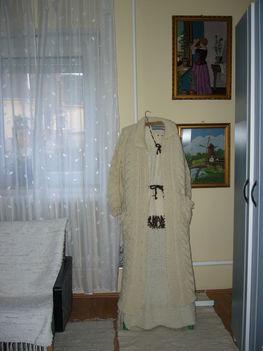 Kötött kabáttal.23