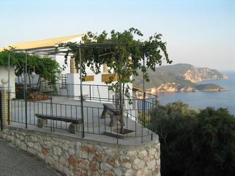 Kedvenc szőlőlugasom Lakones és Bella Vista között, Korfu