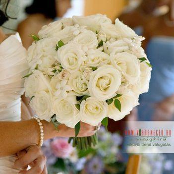 Fehér, egyszerű menyasszonyi csokor