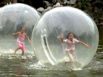 Labdáznak a gyerekek