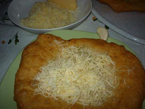 joghurtos lángos, sajtos változat