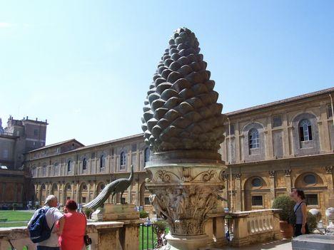 Vatikáni Múzeum, Cortile della Pigna 2