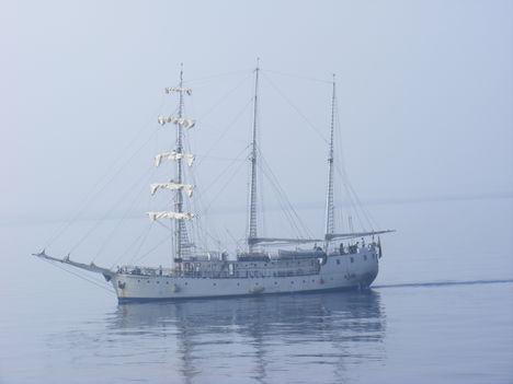 Vitorláshajó Malaga kikötője előtt