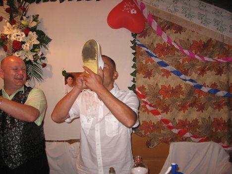Cipőből ivás