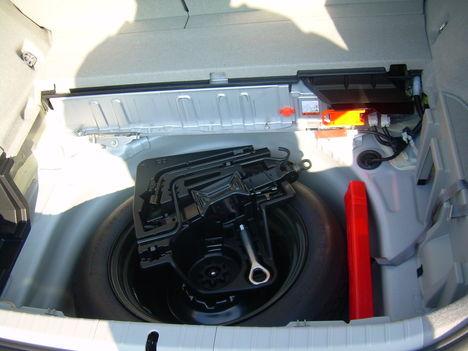Az alsó csomagtálca eltávolítása után látható a NiMh akkumulátor valamint a pótkerék a szerszámokkal