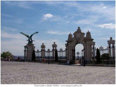 Budavári kapu és turul szobor,Budapest