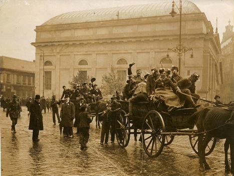 Őszirózsás forradalmárok a Deák térnél
