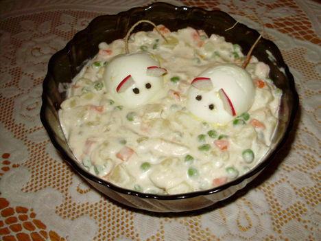 Francia saláta, díszítve