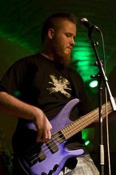 Tarnai Dániel basszusgitár