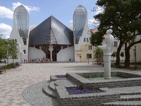 Makói Múzsák szobra a Hagymaház(színház) előtti téren.