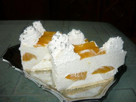 Őszibarackos torta szeletelve