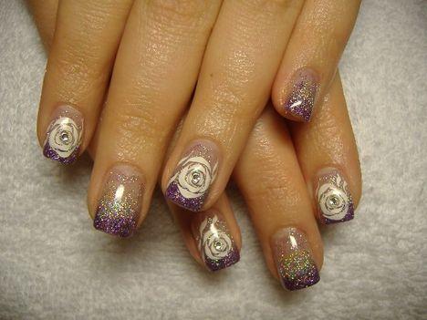 lila-ezüst rózsával