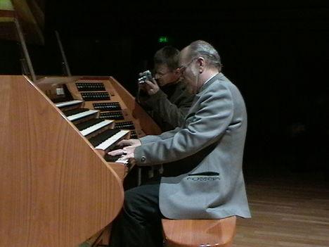 Budapesti Művészetek palotájában az orgona előtt