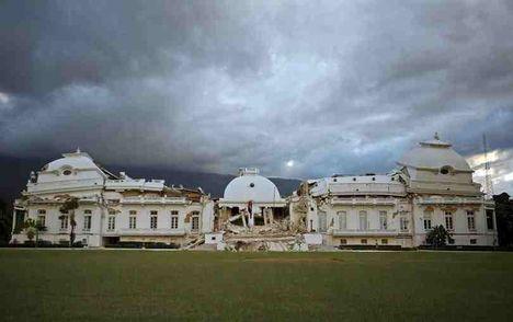 A port-au-prince-i elnöki palota romokban hever