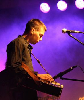 András citerába fordított gitárral