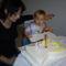 Danika segíti elfújni a szülinapi tortát...