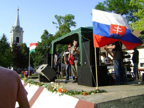 Zászlók a nyári szellőben az evangélikus templommal