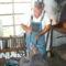 patkoló kovács munkában