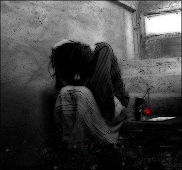 egyedül a sötétben.