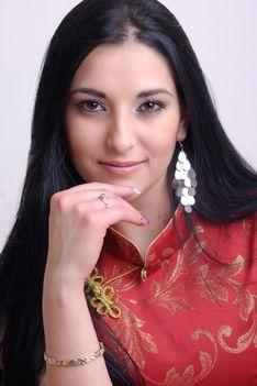 """A mulatós énekesnő """"kínai"""" ruhában :)"""