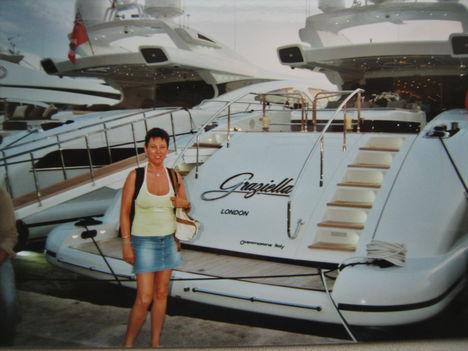 Luxusjachtok előtt pózolva St.Tropez-ban