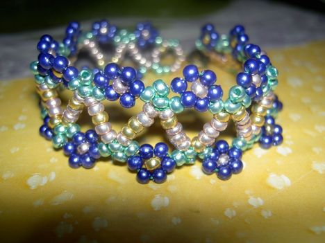 Lovas Csilla: kékvirágos karkötő álló