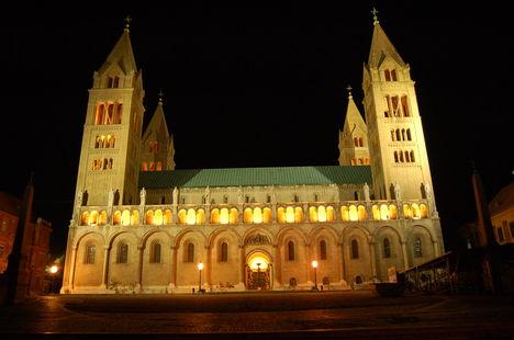Pécsi székesegyház éjjel
