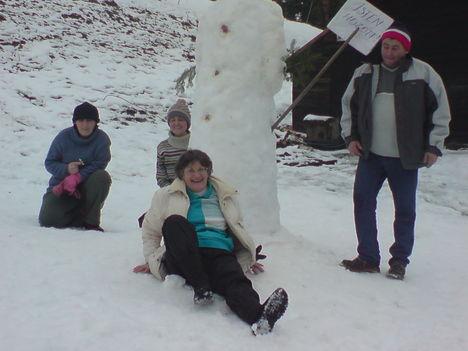 Áll a hóember