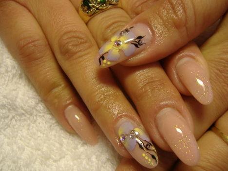 lila-sárga akril virággal