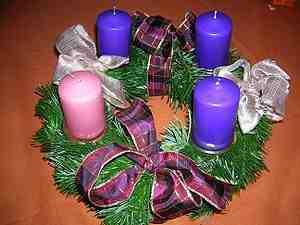 Katolikus liturgiának megfelelő adventi koszorú, három lila és egy rózsaszín gyertyával