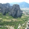 hatalmas sziklák, háttérben egy faluval