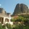 kis falu a sziklák tövében