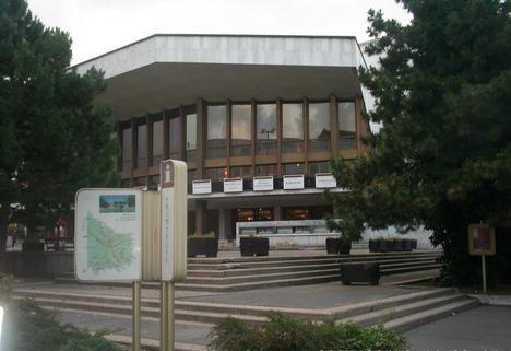 várostérkép és színház