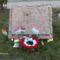 Emlékmű koszorúval és az ovisok zászlóival